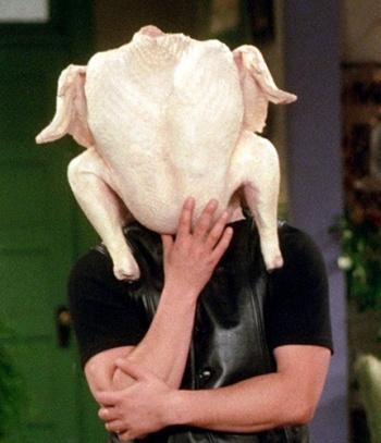 Dinde de Thanksgiving sur la tête de Joe de la série Friends
